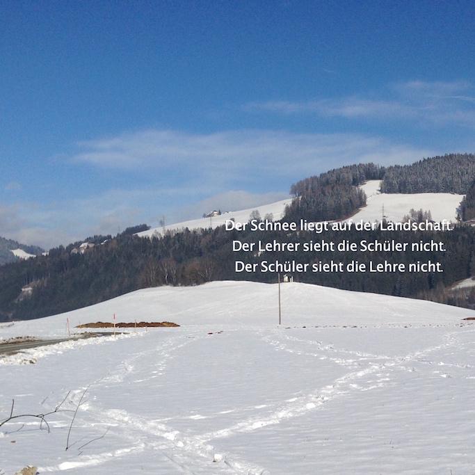 Beim Träumer liegt der Schnee auf der Landschaft